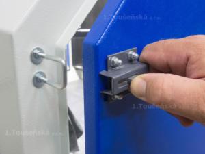 side door latch on a blast cabinet