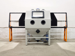 draw-trough blast cabinet for glass blasting with opened side doors