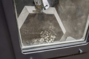 after opening the cove of the tumble blasting machiner, it is possible to watch blasting process trough window